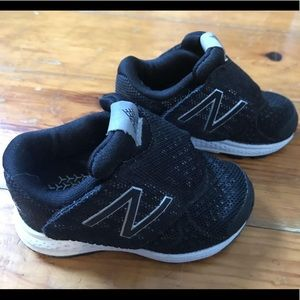 EXCELLENT New Balance Infant Sneakers, 4, black